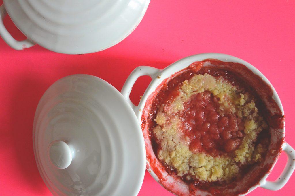 Crumble fraise rhubarbe vu du dessus