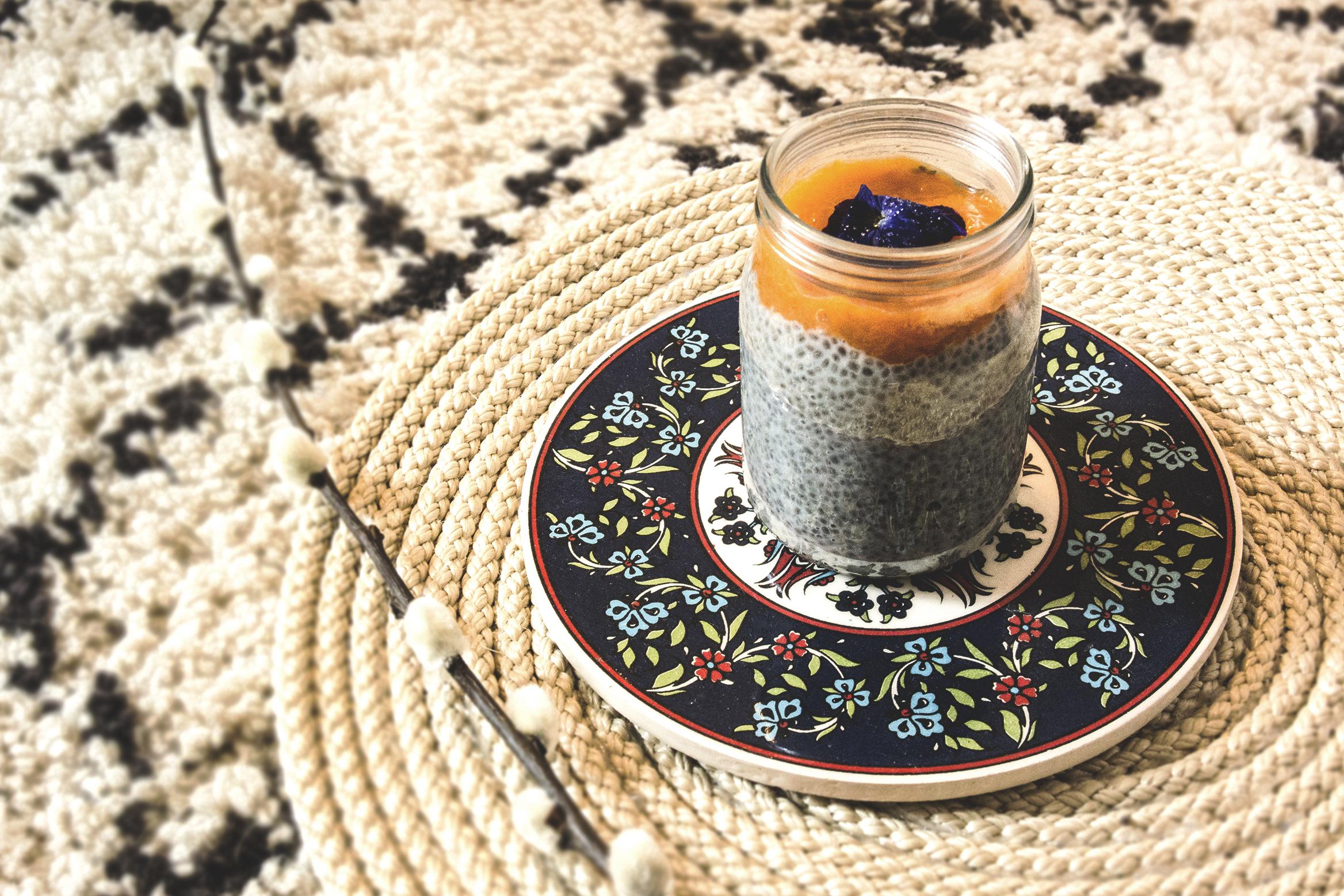 Pudding aux graines de chia, lait d'amande et coulis d'abricots du Valais