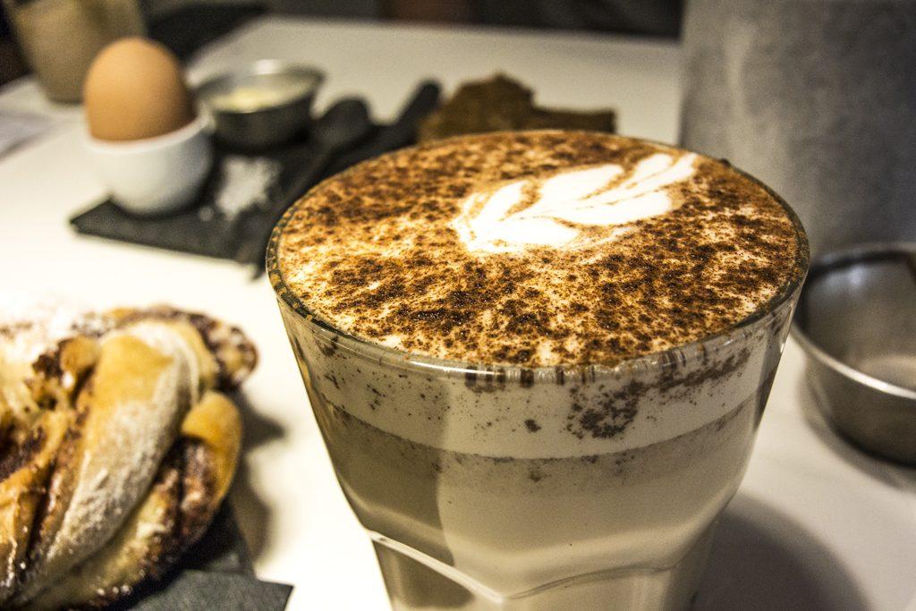 Chai latte et cinnamon Bun