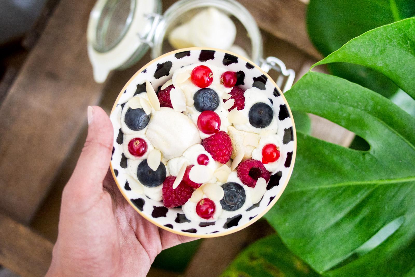Pavlova bowl avec meringue à la pistache